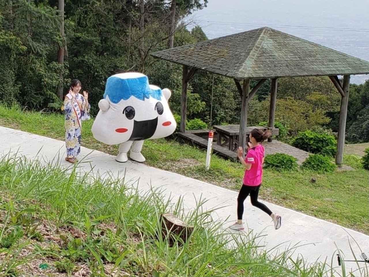 画像: キャンプ場で撮影☆ 富士市のPRをするかぐや姫の佐藤夏音(なつね)さんと 富士市のキャラクター「むすびん」