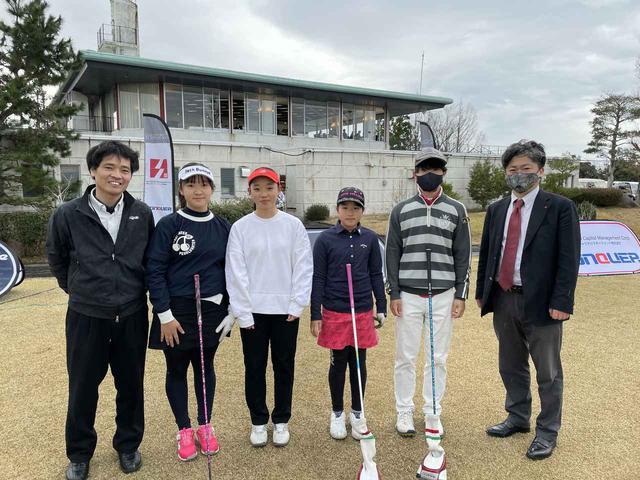 画像: 主催 燦キャピタルマネージメント株式会社 前田社長(右)、津村プロ(左)、大会に参加したジュニアゴルファー4名(中)