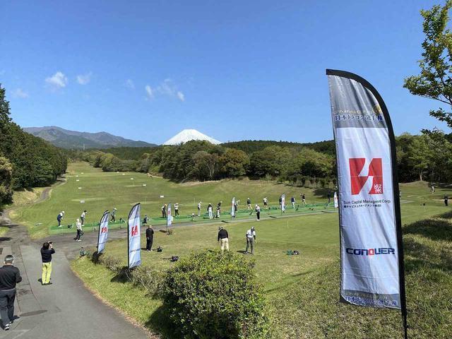 画像: 気温が上がり初夏の日差しを受け、飛球線には大きな富士山が望む