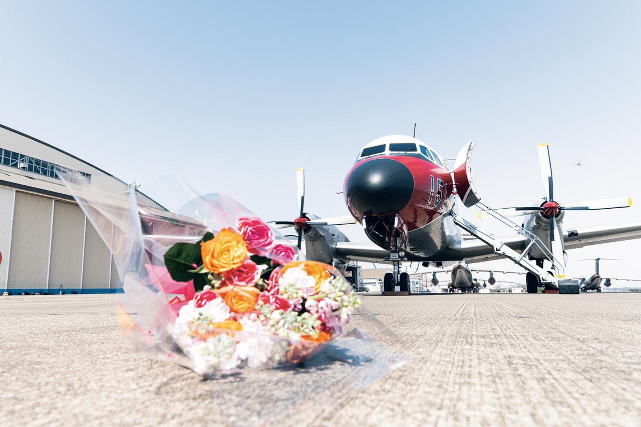 画像: 入間基地でラストフライトに臨むYS-11FC。入間基地の隊員たちが整列し、機体に別れを告げた