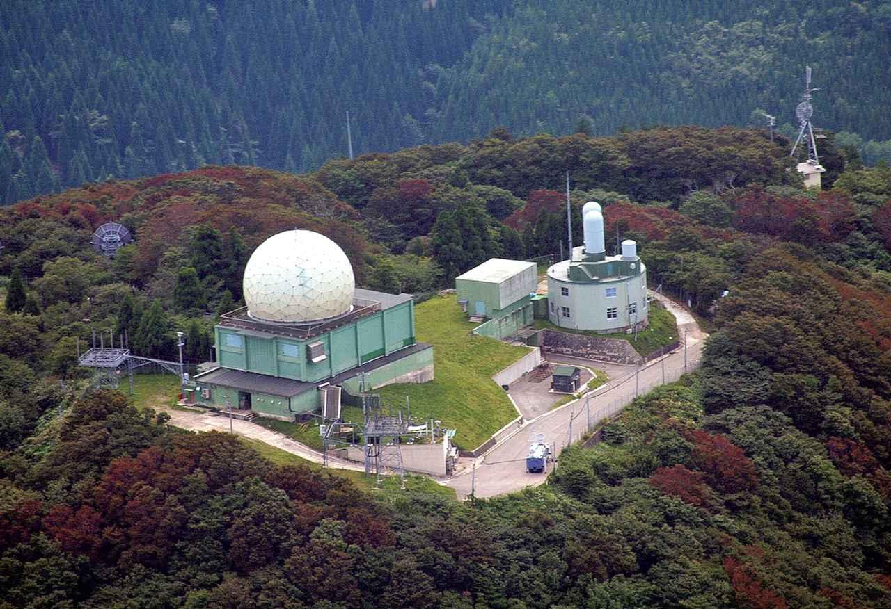 画像: 能登半島の最高峰高洲山(567メートル)の山頂付近にあるレーダーサイトから、広く日本海上空を監視する