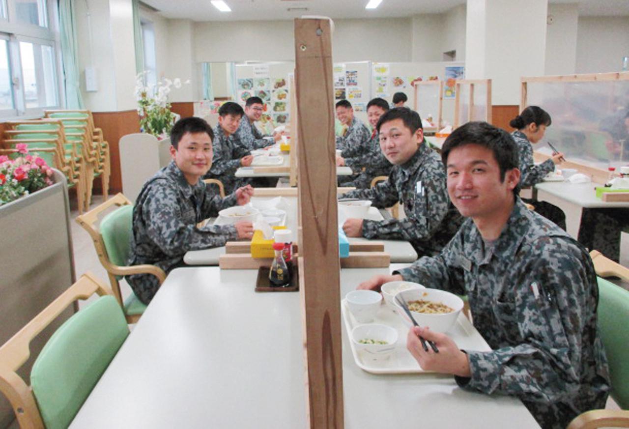 画像: 新型コロナウイルス対策のため、食堂の座席は間引かれているが、食事中の食堂が隊員の憩いの場であることに変わりはない