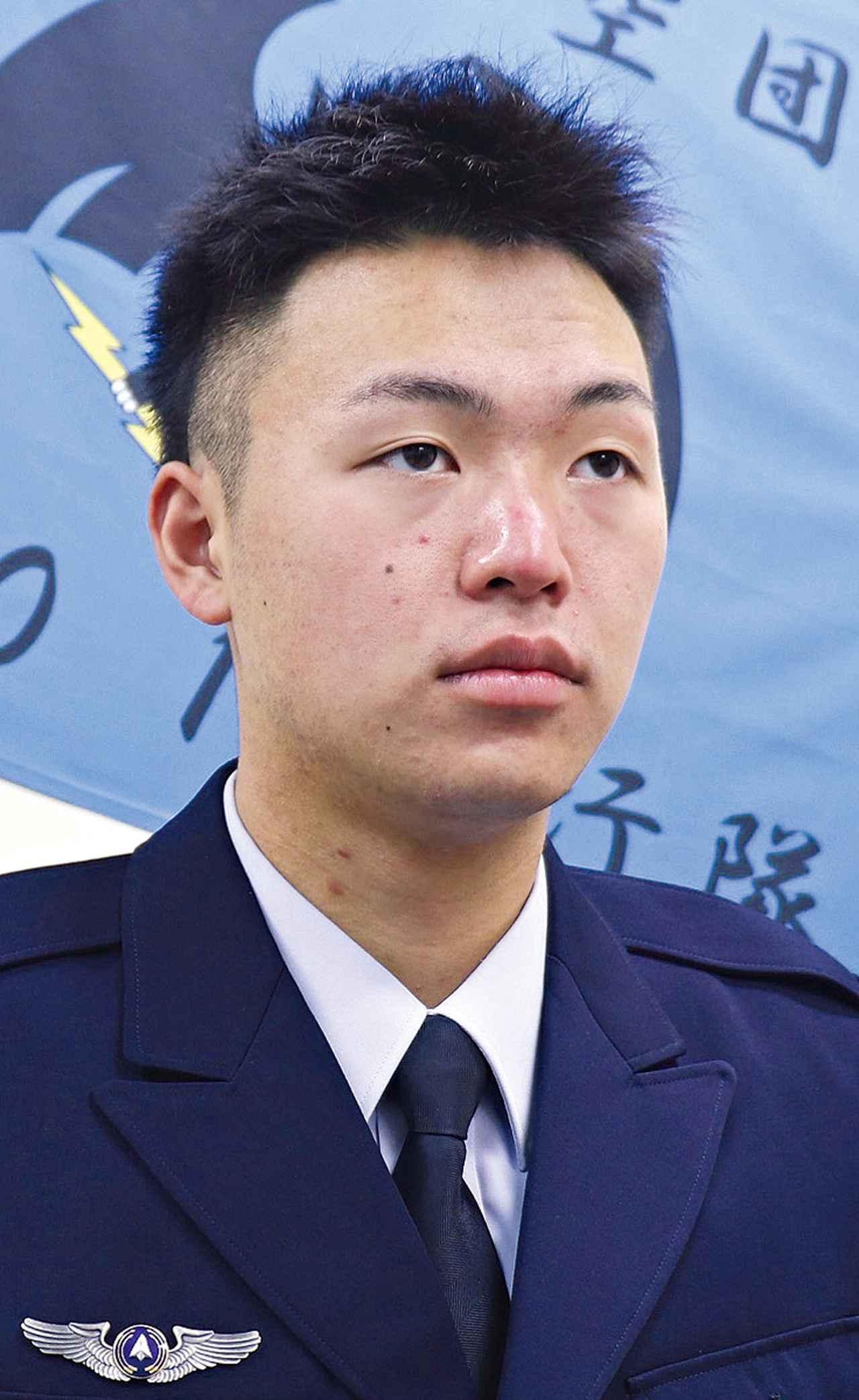 画像: 航空機整備員として勤務する櫻井士長。「今は視野を広く持ち、どんなに小さな不具合も見逃さない確かな目を養うことが大切です」