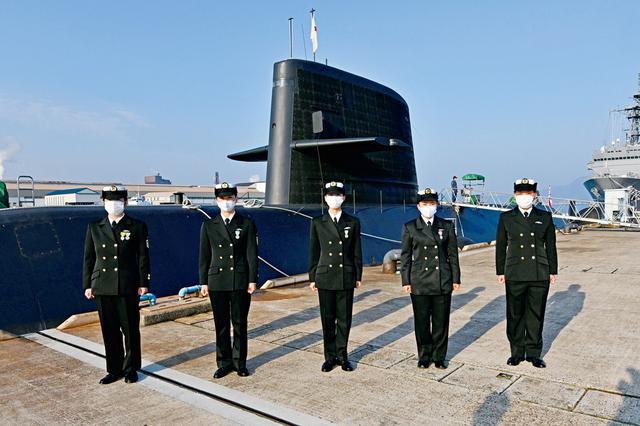画像: 呉基地の潜水艦教育訓練隊での訓練を終え、初の女性潜水艦乗員となった5人の自衛官