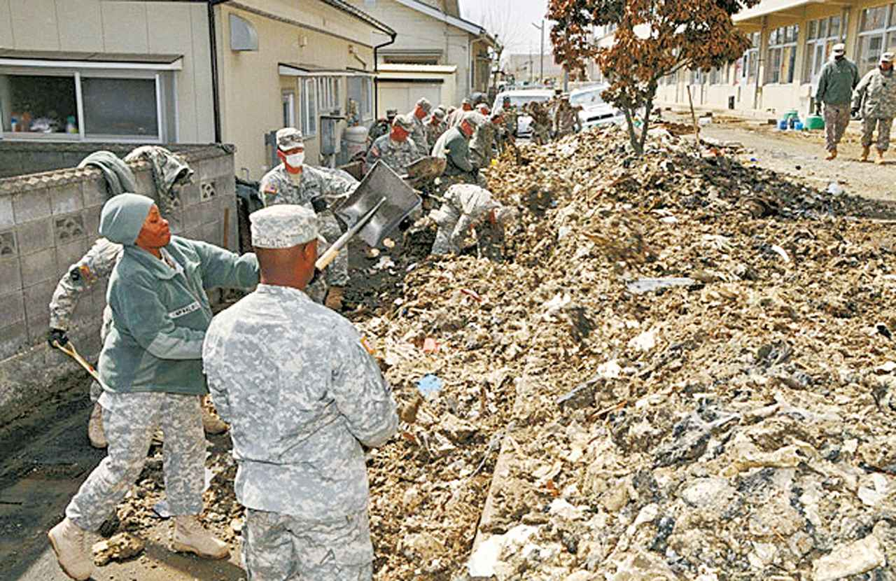画像: アメリカ軍がトモダチ作戦の一環として「ソウルトレイン作戦」と命名し行ったJR仙石線のガレキ撤去作業