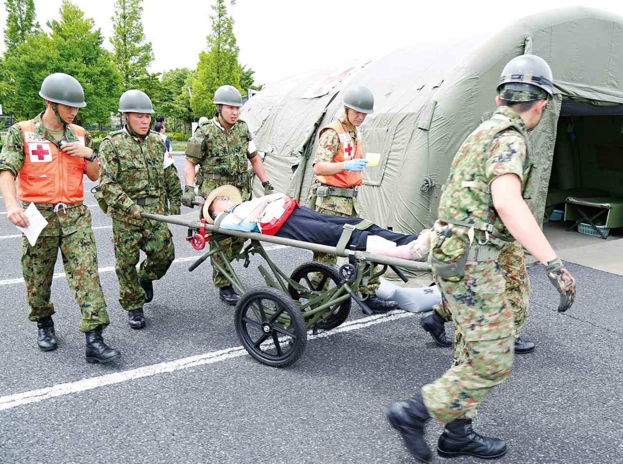 画像: 自衛隊統合防災演習における被災地での患者搬送訓練。検証と改善を繰り返し、より確実な災害派遣計画を立てる