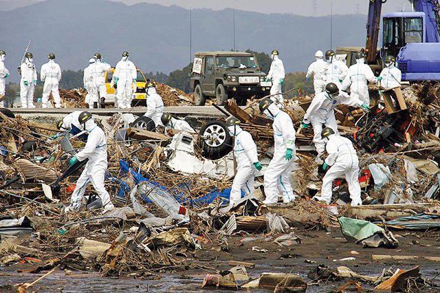 画像: 福島第1原子力発電所の半径10キロメートル圏内で捜索をする隊員(写真:朝雲新聞/時事)