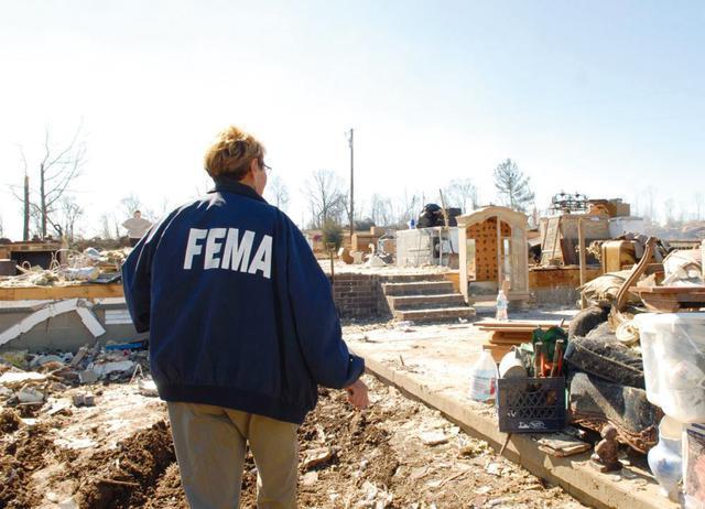 画像: ハリケーンの被害状況を確認するFEMAの職員。災害に際し、連邦機関、州政府、地元機関などの業務調整も行い復旧を支援 写真:FEMA