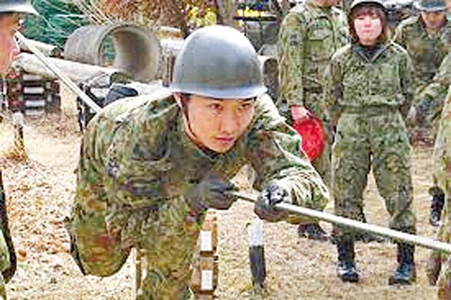 画像: ロープを使った訓練を行う自衛官候補生。1つ1つ訓練をこなし、1人前の自衛官を目指す