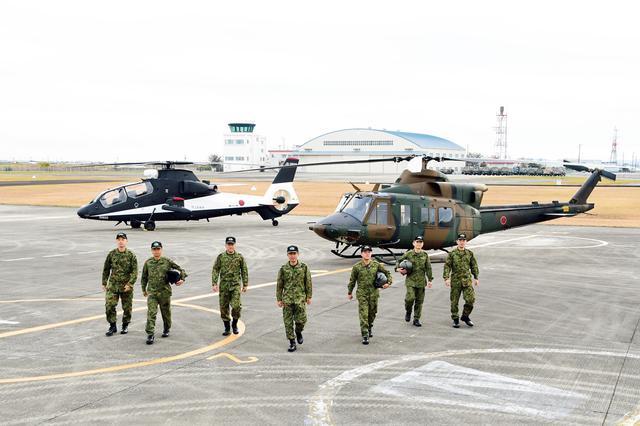 画像: 飛行実験隊が所在する明野駐屯地(三重県)にて。左は、黒白のカラーリングが特徴的な、 OH-1観測ヘリコプター の試験機。右は、今後導入予定の新多用途ヘリコプターUH-Xの試験機だ