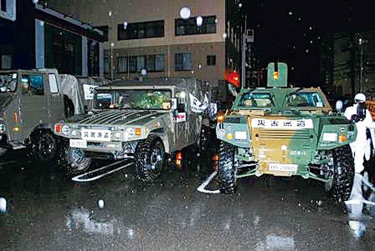 画像: 18年7月の広島県の豪雨で、災害現場へ派遣する車両の準備を行うファスト・フォース部隊。車両にはマークが張られている