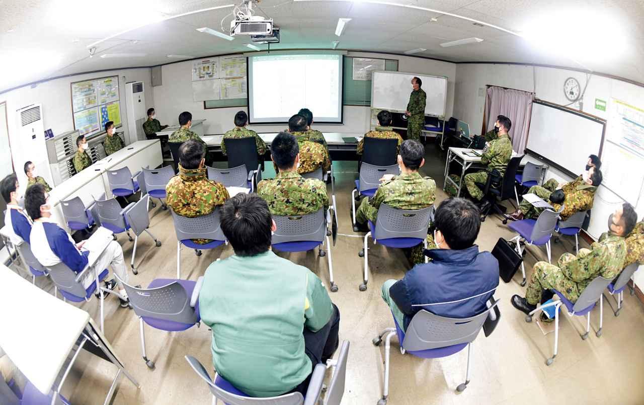画像: 各部署の隊員らが集まり、試験結果を振り返る。得られたデータだけでなく、各担当者の観点から気付いた点を積極的に発表して全員と共有する
