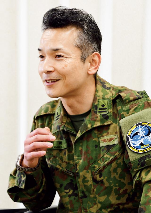 画像: 飛行班長の田村3佐は、飛行試験を担当するパイロットの管理を行う