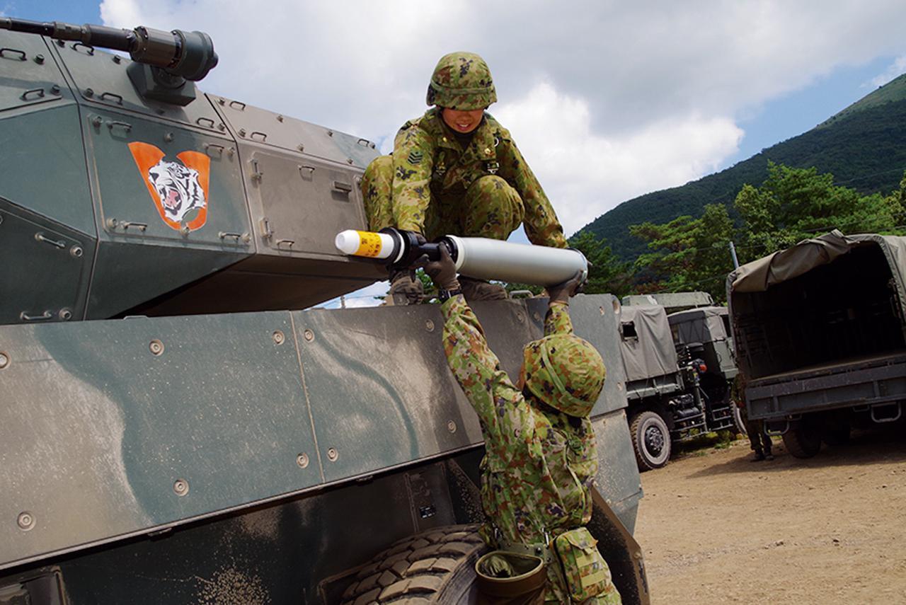 画像: 16式機動戦闘車に105ミリ砲弾を搭載する藤原陸士長