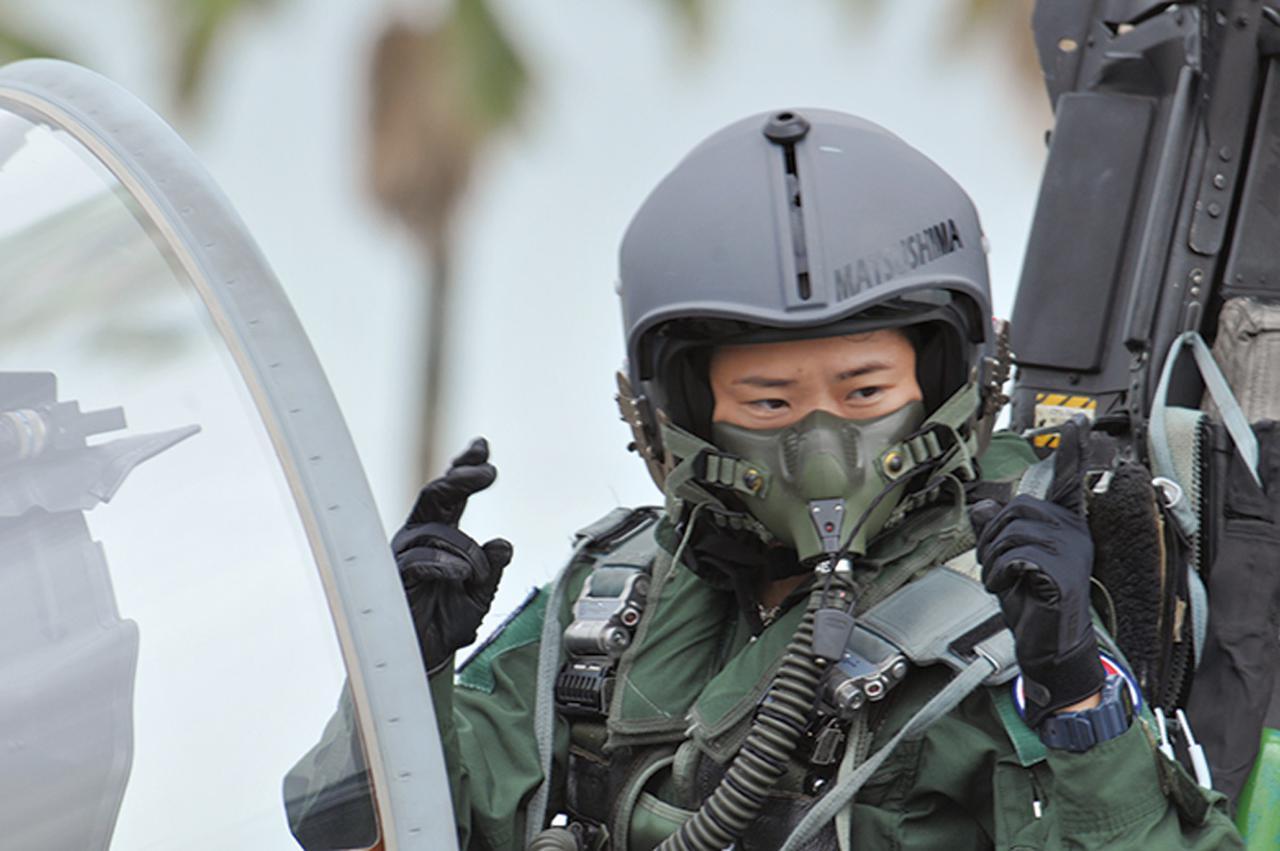 画像: 耐Gスーツを着用し、F-15戦闘機のコックピットに座る松島2尉(当時・旧姓)