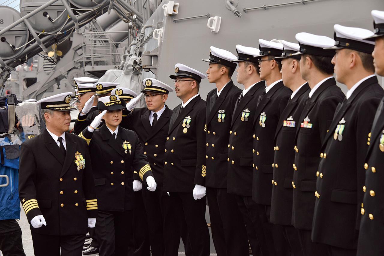 画像: イージス艦『みょうこう』に乗り込み、乗組員の出迎えを受ける大谷1佐