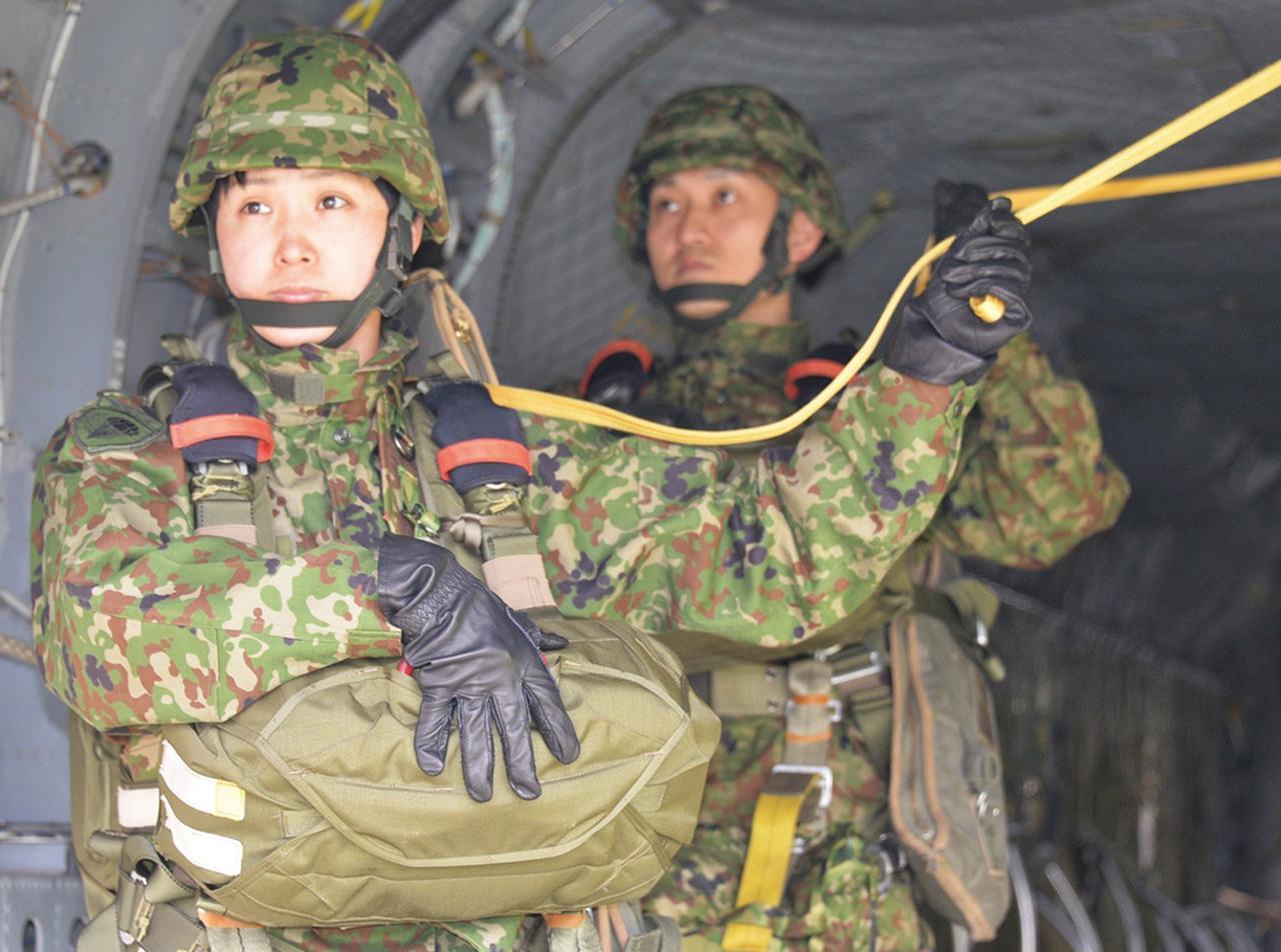 画像: 落下傘降下訓練中の橋場3曹。ヘリの中で「降下!」の号令を待つ
