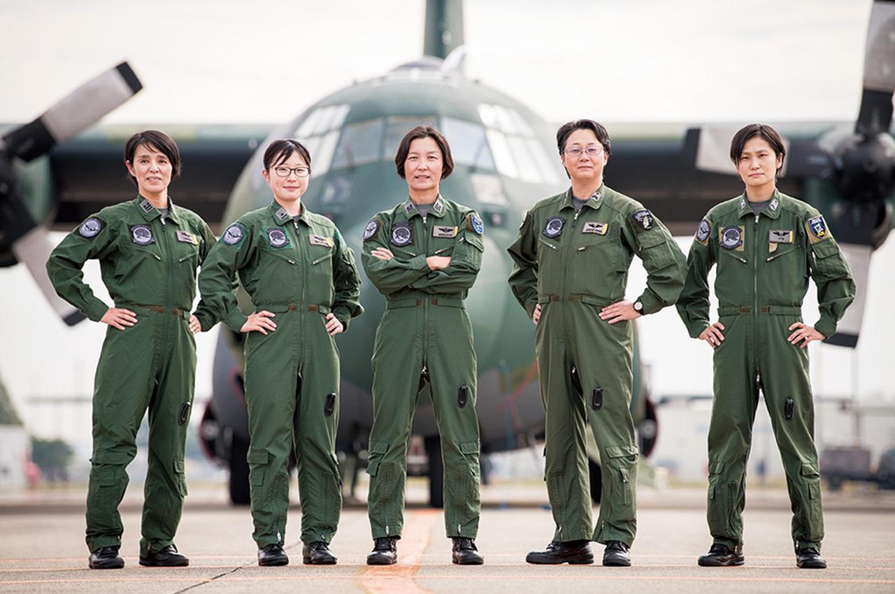 画像: 左から梅田航法士(※)、髙取副機長、樋口機長、荒川機上整備員、伊藤空中輸送員