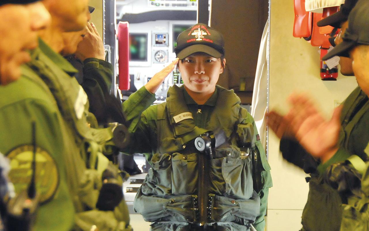 画像: 女性初の救難飛行艇機長として、男性クルーらに対し、機内整列を行う岡田めぐみ2等海尉。女性上司のいる部隊も増えてきている