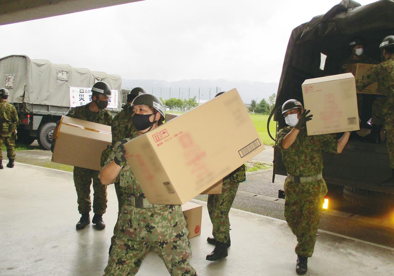 画像: 令和2年7月豪雨に関わる災害派遣で、熊本県内の避難施設に物資を運ぶ陸自の女性自衛官。大きな箱詰めの物資も、1人で軽々と持ち上げる