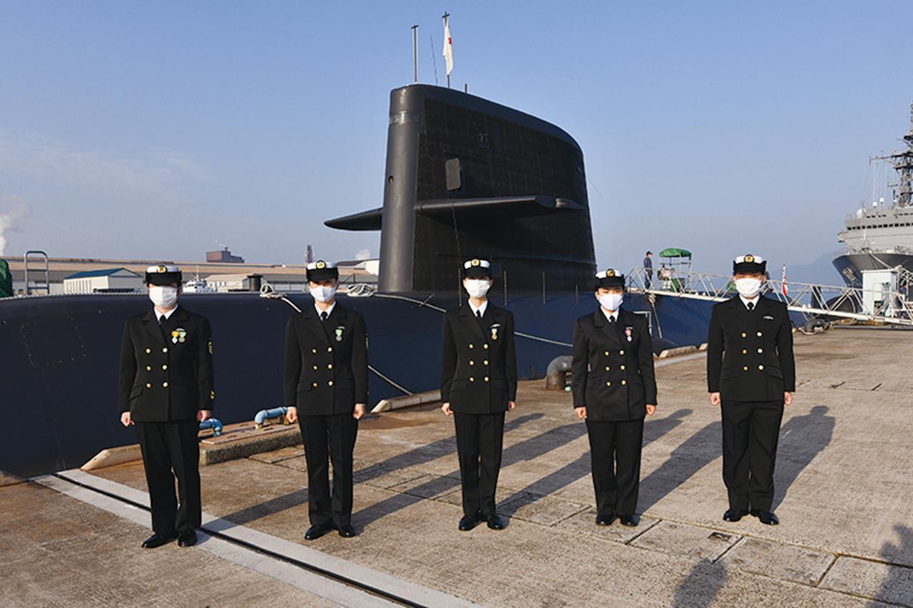 画像: 練習潜水艦『みちしお』が係留される呉基地潜水艦さん橋でのき章授与式に臨む5人