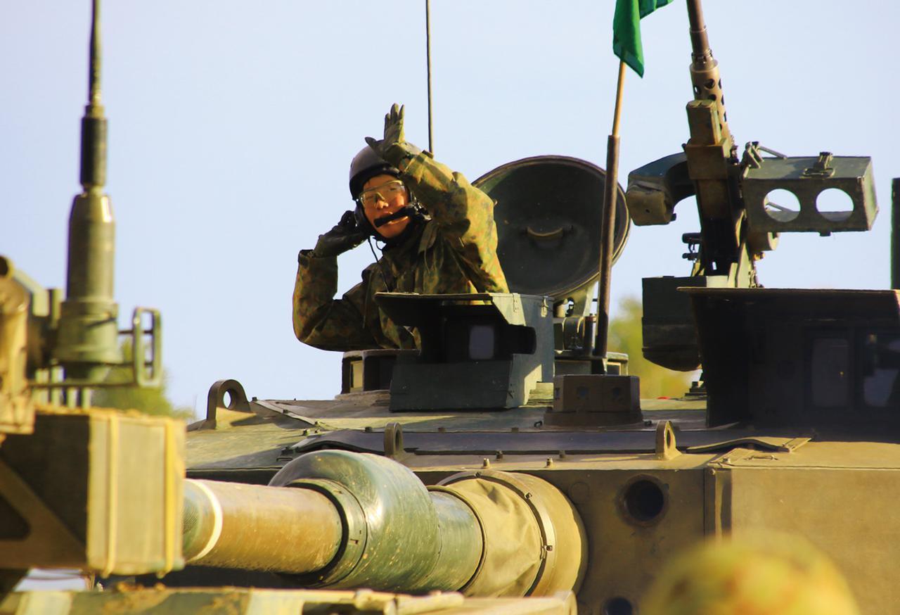 画像: 90式戦車(※)のハッチから顔を出し、小隊に適切な指示を出す黒川3尉