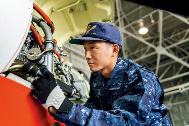 画像: 将来的にはP-1哨戒機の整備に携わってみたいという小川士長。「小型のT-5は大型機に比べれば点検項目も多くはありません。だからこそ着実に整備しています」