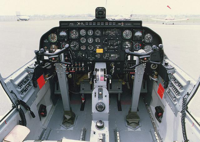 画像: 機長(左)と副操縦士の座席が並列に配置されたT-5の操縦席。海自で運用するP-1哨戒機(※)やP-3C、各ヘリコプターも同じサイド・バイ・サイド式だ