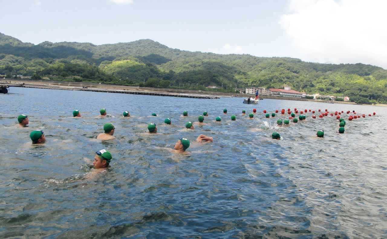 画像: 海自隊員として必須の遠泳訓練。最初は水泳が苦手な学生も、練習を重ね、やがて泳げるようになってくる。遠泳はクラス単位で全員で行う
