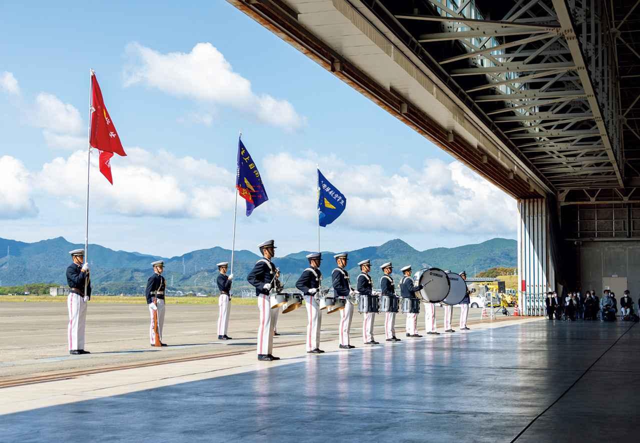 画像: 第71期航空学生によるファンシードリルの音楽隊と旗手。式典に華を添えるべく、本番直前まで練習に余念がなかった