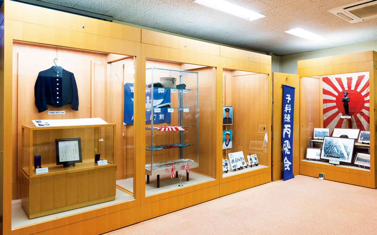 画像: 小月航空基地の広報展示室には戦前からの貴重な品々が展示されている。それらの1つひとつに歴史の重みが感じられる