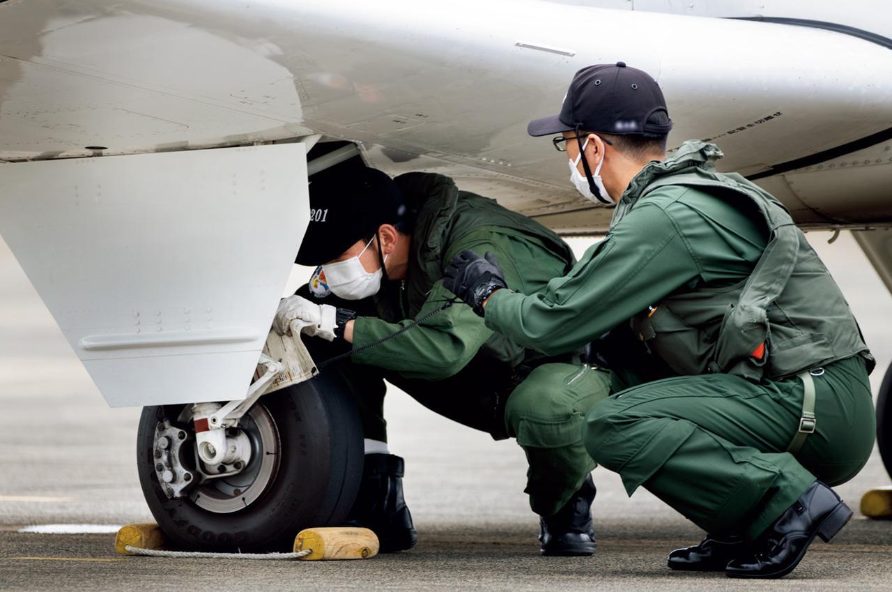 画像: 離着陸の前後に機体の確認は欠かせない。整備員だけでなく、搭乗者自身が自分の目でチェックし、安全であることを確認する