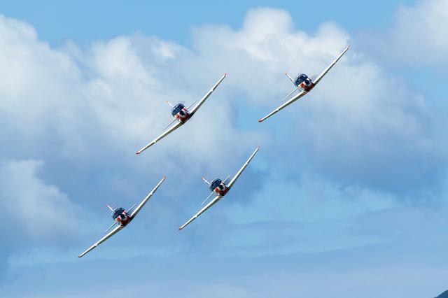 画像: 4機が縦列になった状態からダイヤモンド形に広がる「ルーキー・ランデブー」