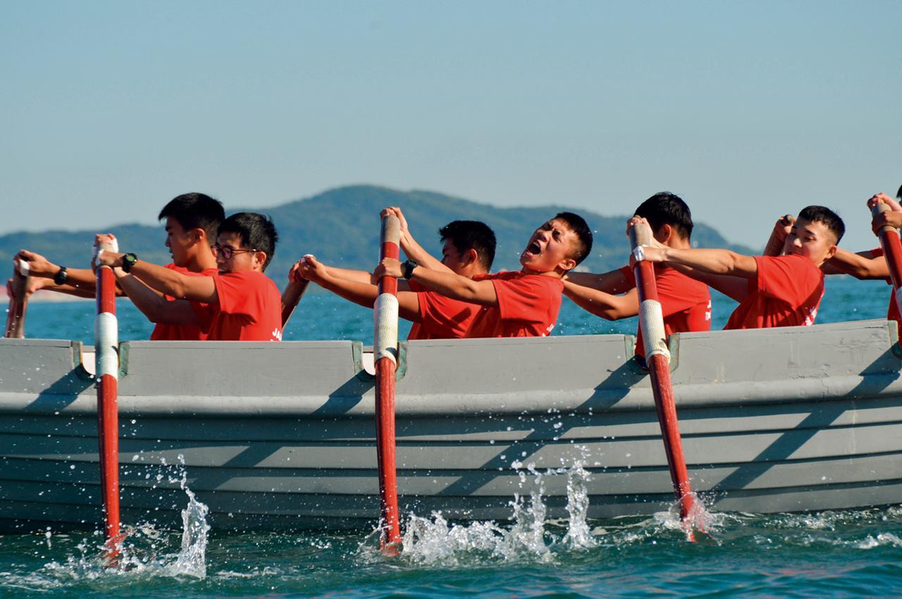 画像: 海上自衛隊の伝統や同期生の団結などを目的に、短艇(カッター)の訓練を行う。最初は息が合わず進まないが、練習を重ねて速度が出るようになる