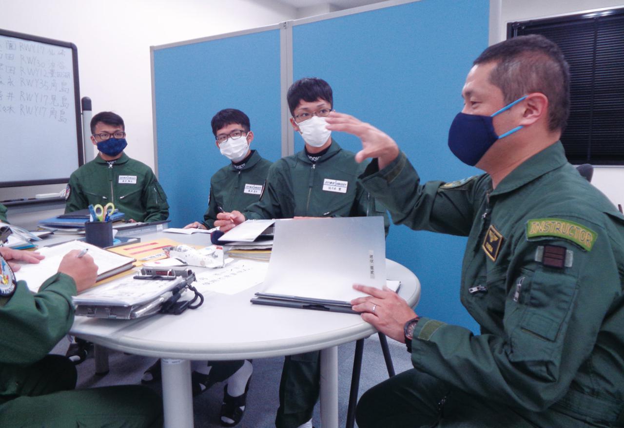 画像: ブリーフィングは飛行後にも行われ、教官からその日の訓練の反省点や修正箇所などの指導を受ける