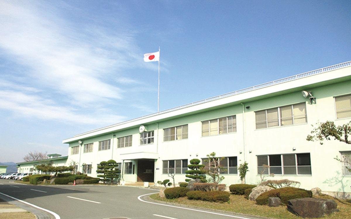 画像: 琵琶湖湖畔の高台にある饗庭野分屯基地。庁舎では湖面を渡る風に四季を感じることがで