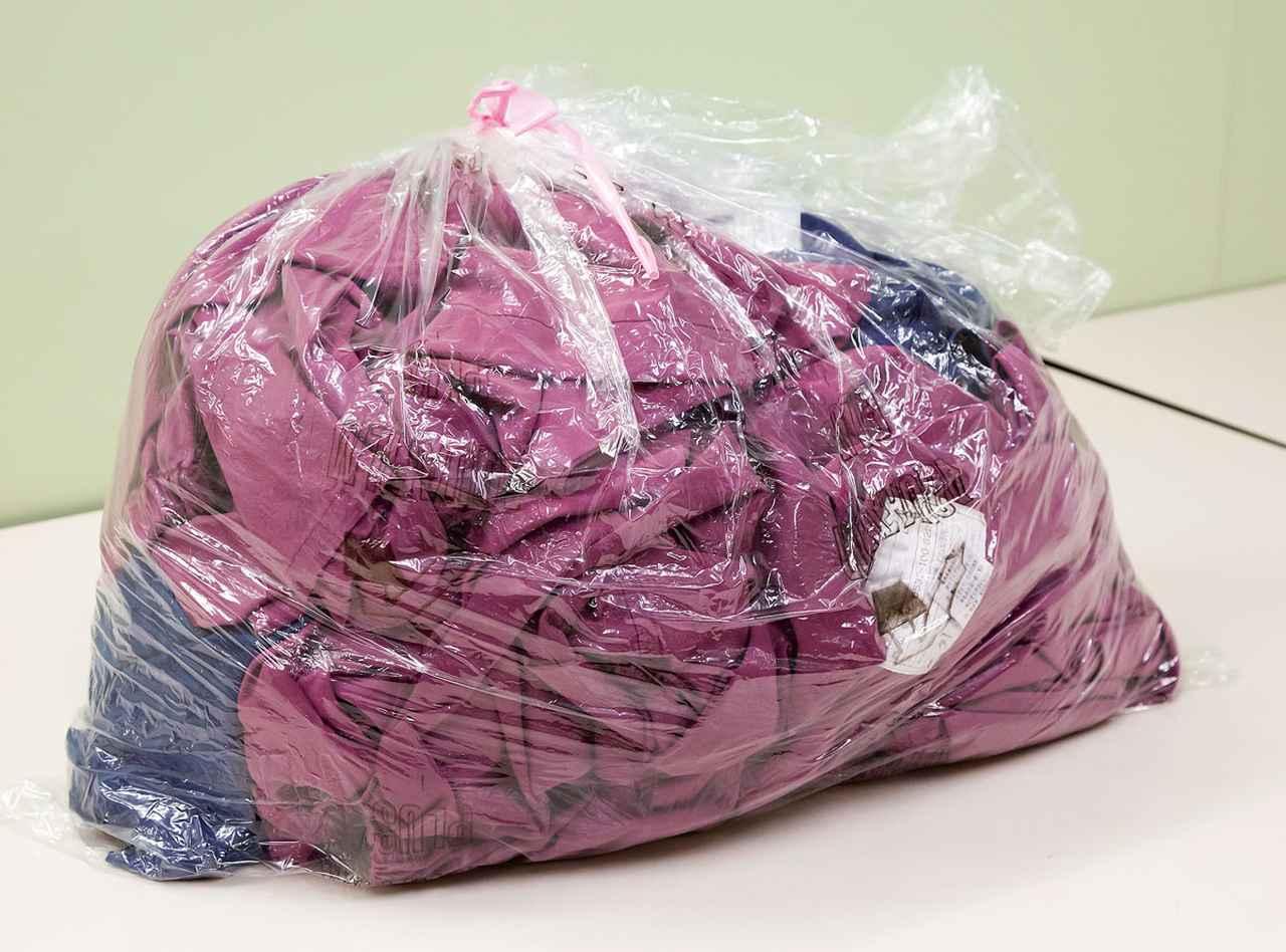 画像: 感染症患病棟などで使用したシーツや衣類などは、高温の熱水で溶ける特殊素材製の袋に入れて洗濯する