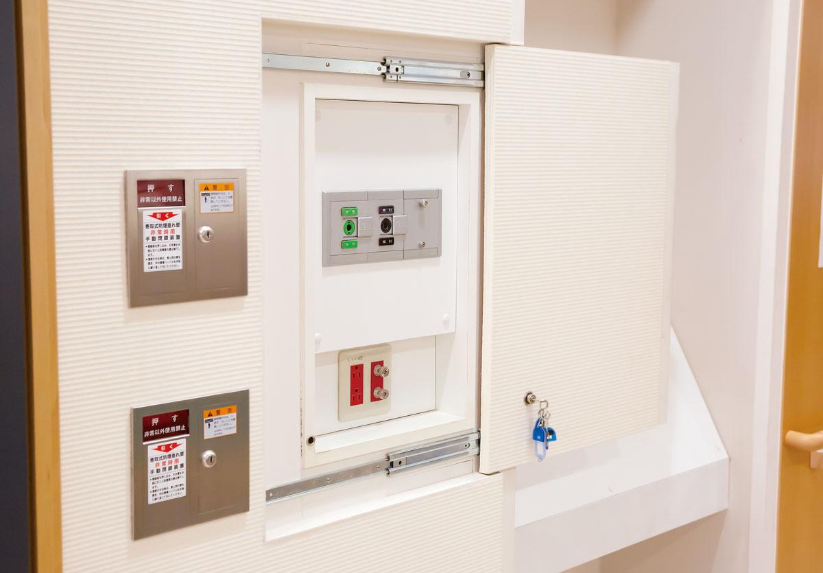 画像: 電源と酸素の供給、たんなどの吸引ができるポートがそれぞれ設置されている「災害対策用アウトレット」。通常はスライド式の扉で覆われている