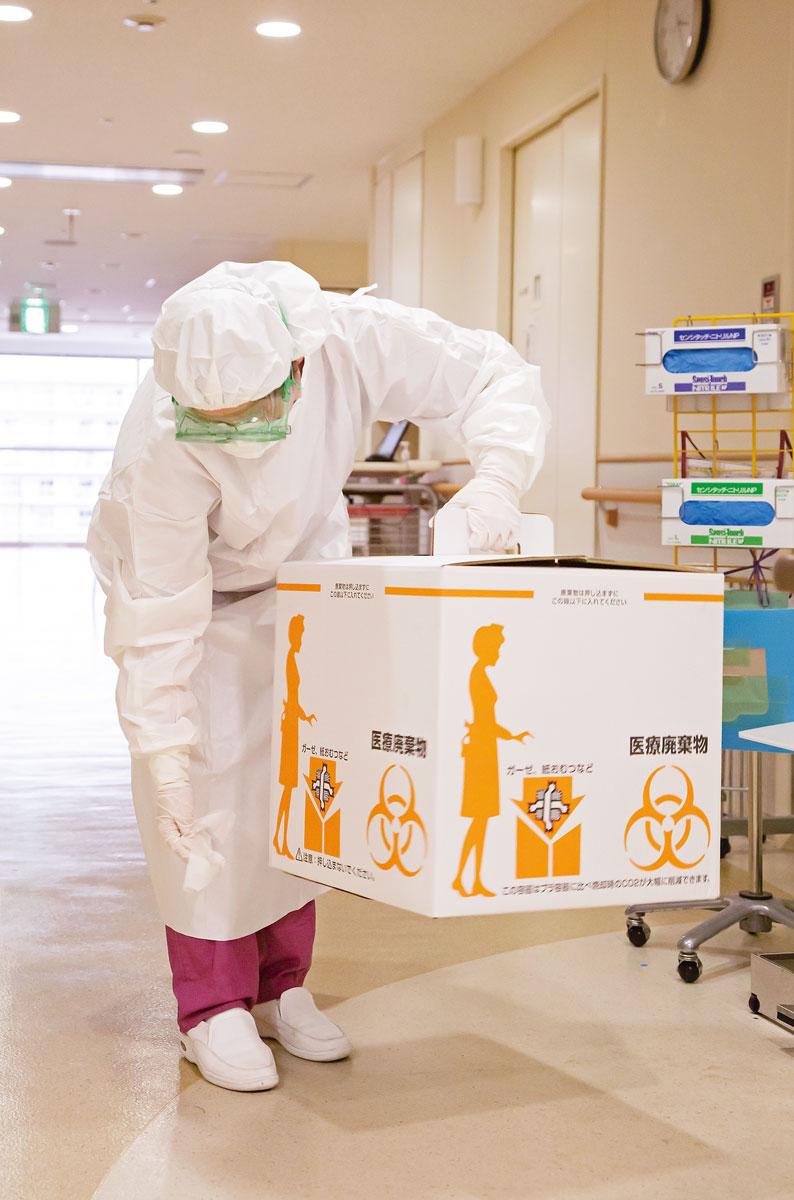 画像: 感染症病棟から持ち出すものは、たとえ廃棄用の箱であっても消毒をしてから処分をし、ウイルスの流出を防止する