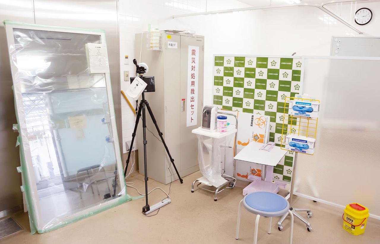 画像: 感染症をはじめとしたさまざまな状況に対応できるよう対策された救急外来入り口。写真中央奥が「震災対処用救出セット」のロッカー