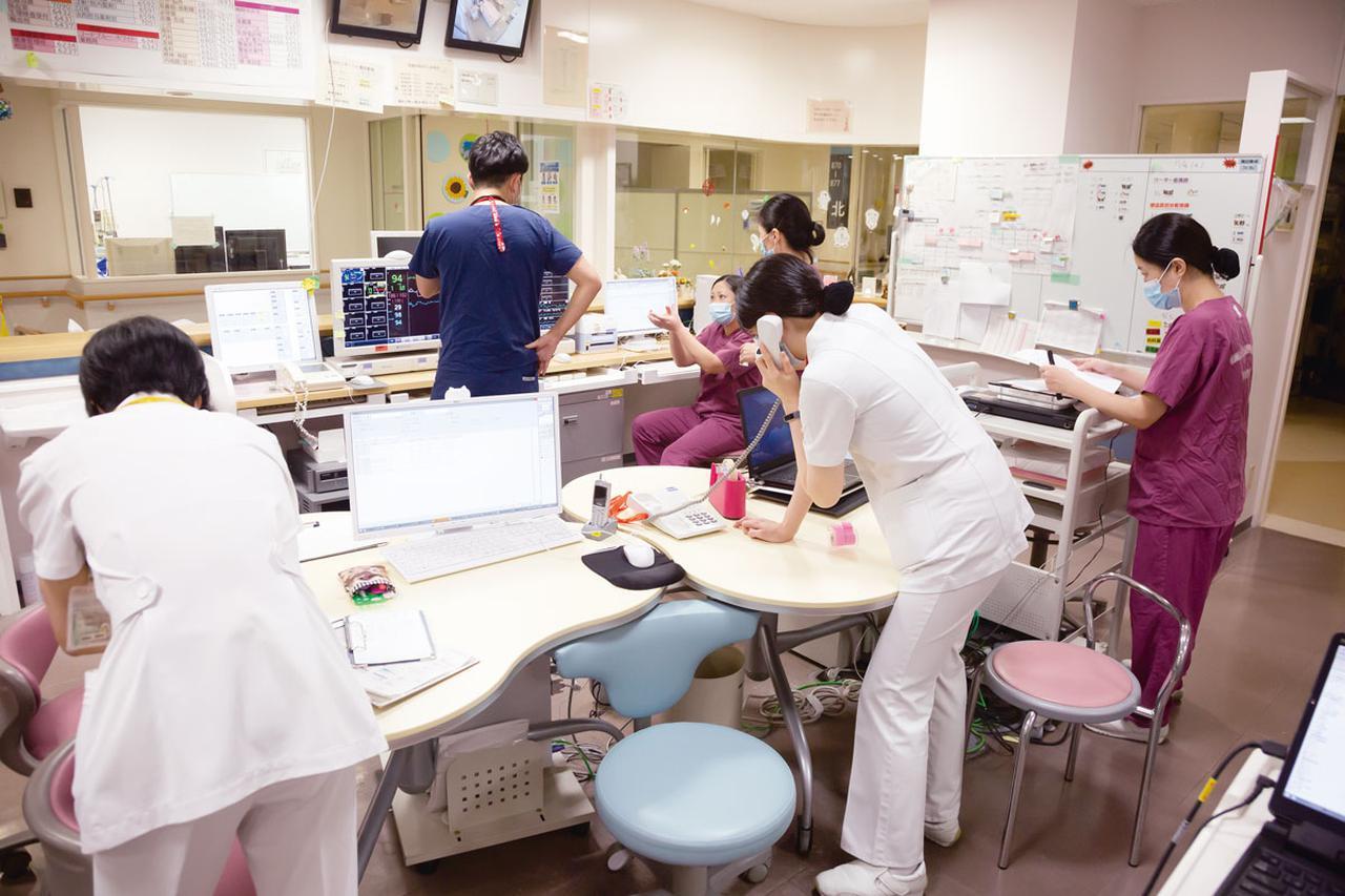 画像: 病棟内のスタッフステーション。日々緊張状態の続く中、医官・看護官たちはお互いコミュニケーションを密に取りながら診療にあたっている