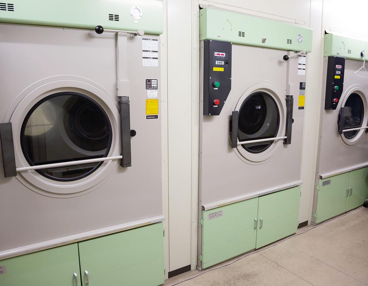 画像: 外部にウイルスが流出するのを防ぐ清潔な衛生環境を維持する洗濯施設