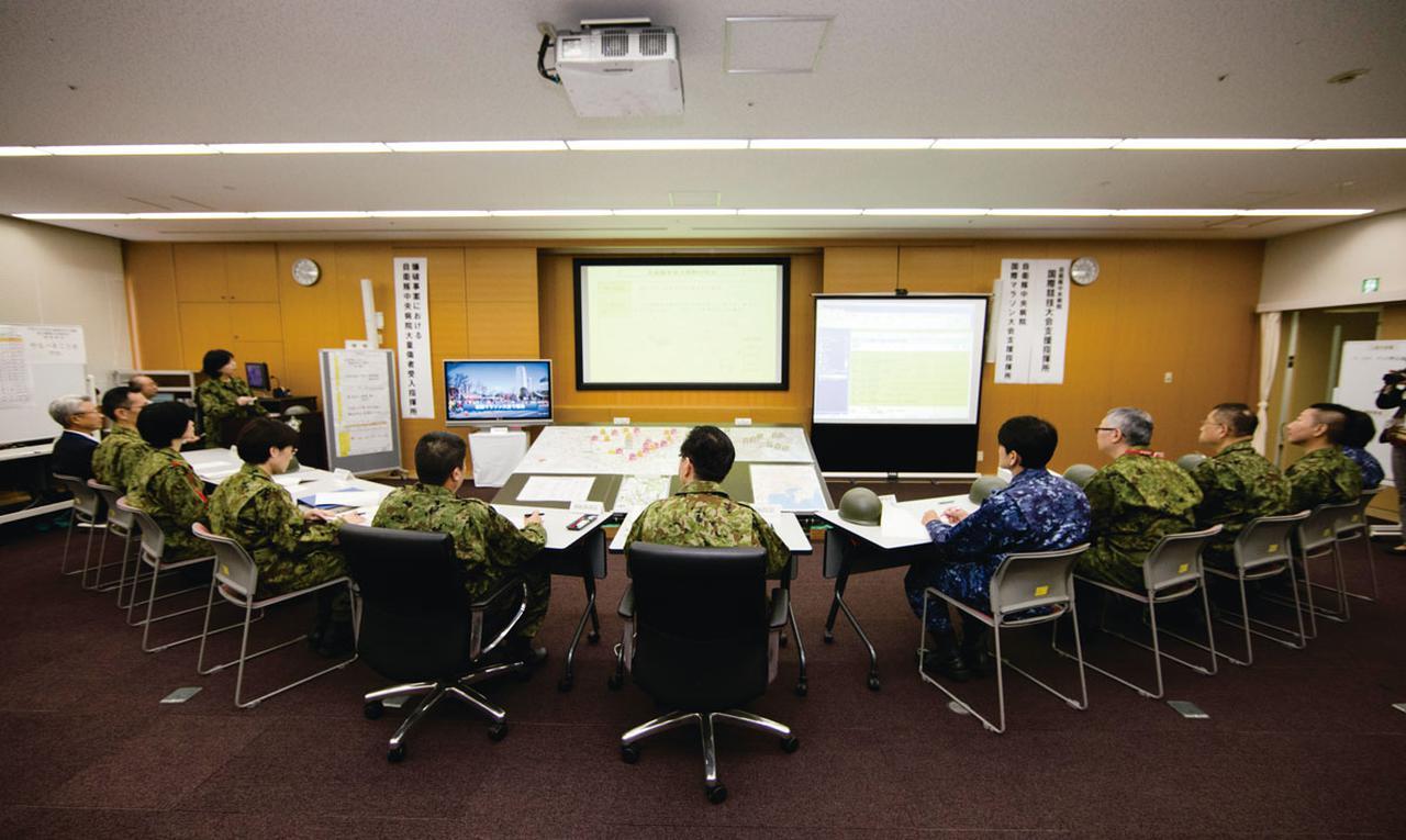 画像: 2017年の大量傷者受入訓練時の会議室。モニターや地図類が運び込まれ被害状況などを確認