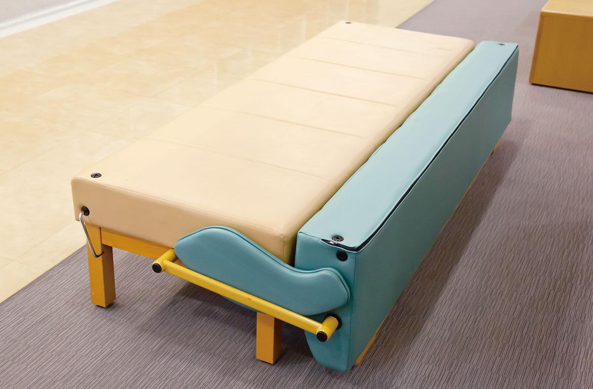 画像2: 緊急時にはソファをベッドとして増床できる