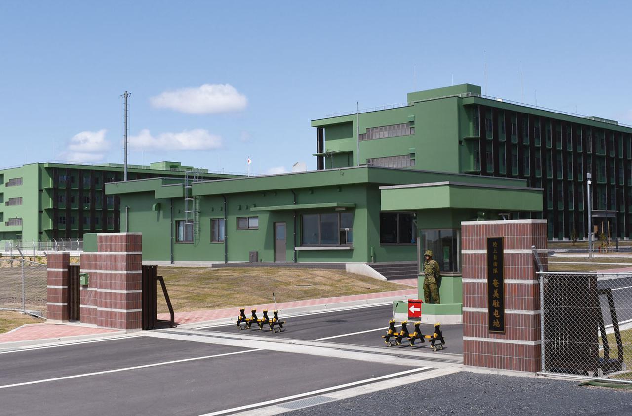 画像: 駐屯地の建物は周りの景観を損なわないよう、陸自では珍しい色(グリーン)になっている
