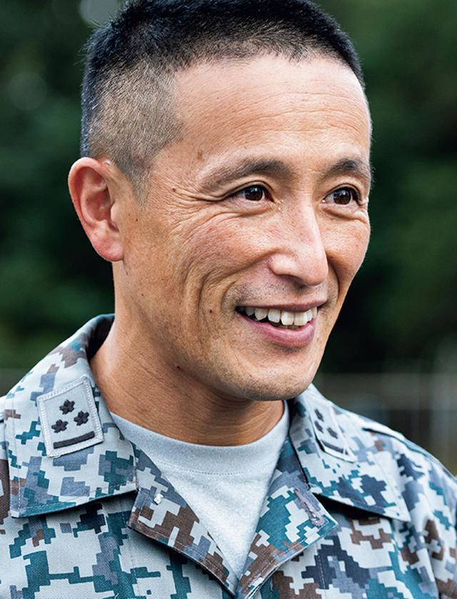画像: 班長として隊員の監督・指導を行う大久保1尉。被災地に警備犬を派遣した3回の災害において、部隊運用を指揮した
