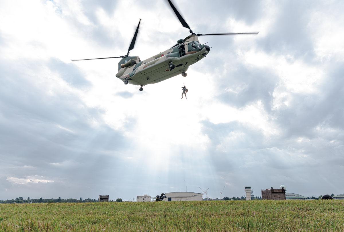画像: 警備犬をダイレクトに災害現場に到着させるヘリコプターホイスト訓練