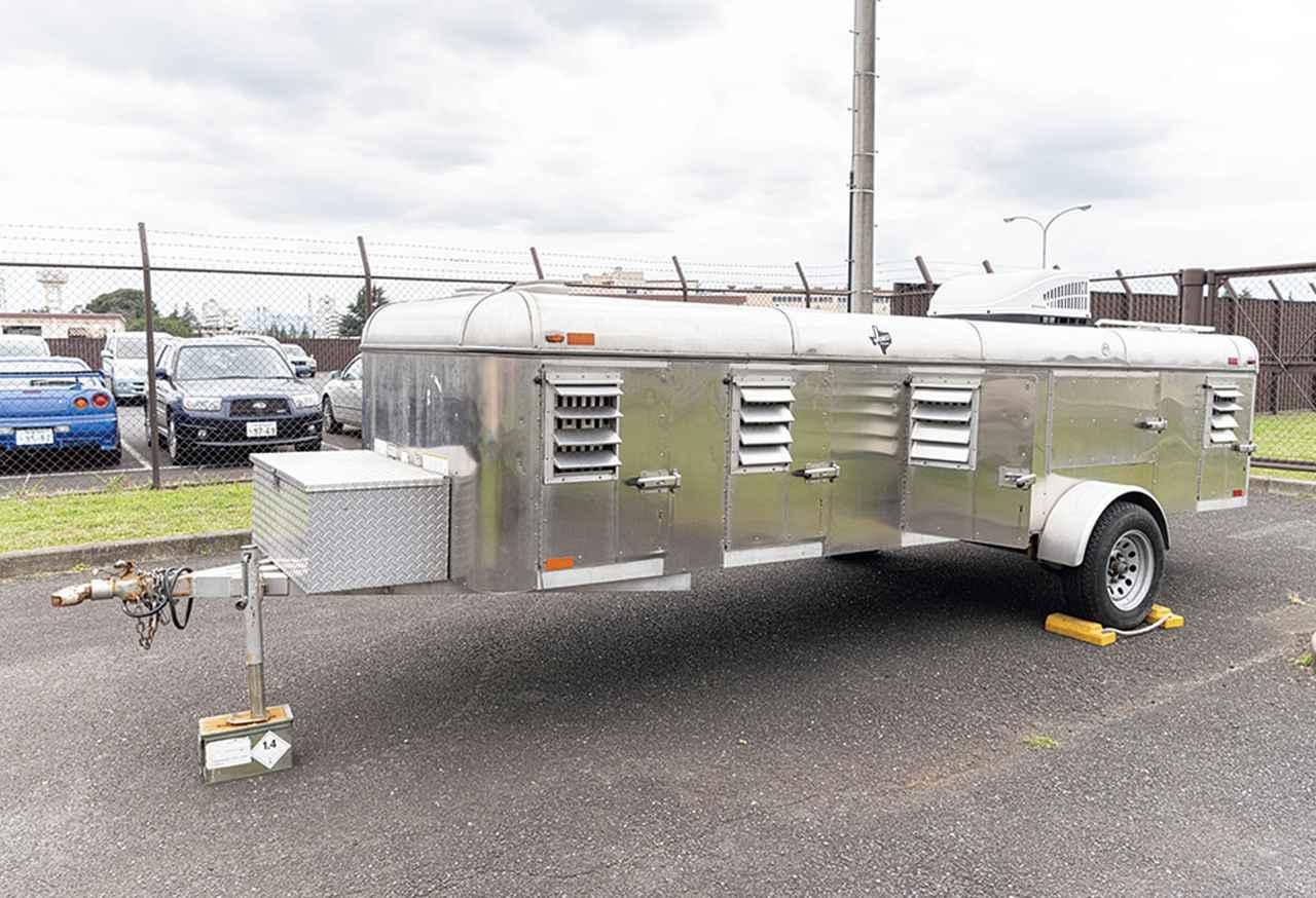 画像: アメリカ軍の軍用犬の移動用トレーラー。1つひとつの扉の中が個室になっていて、冷暖房完備だ