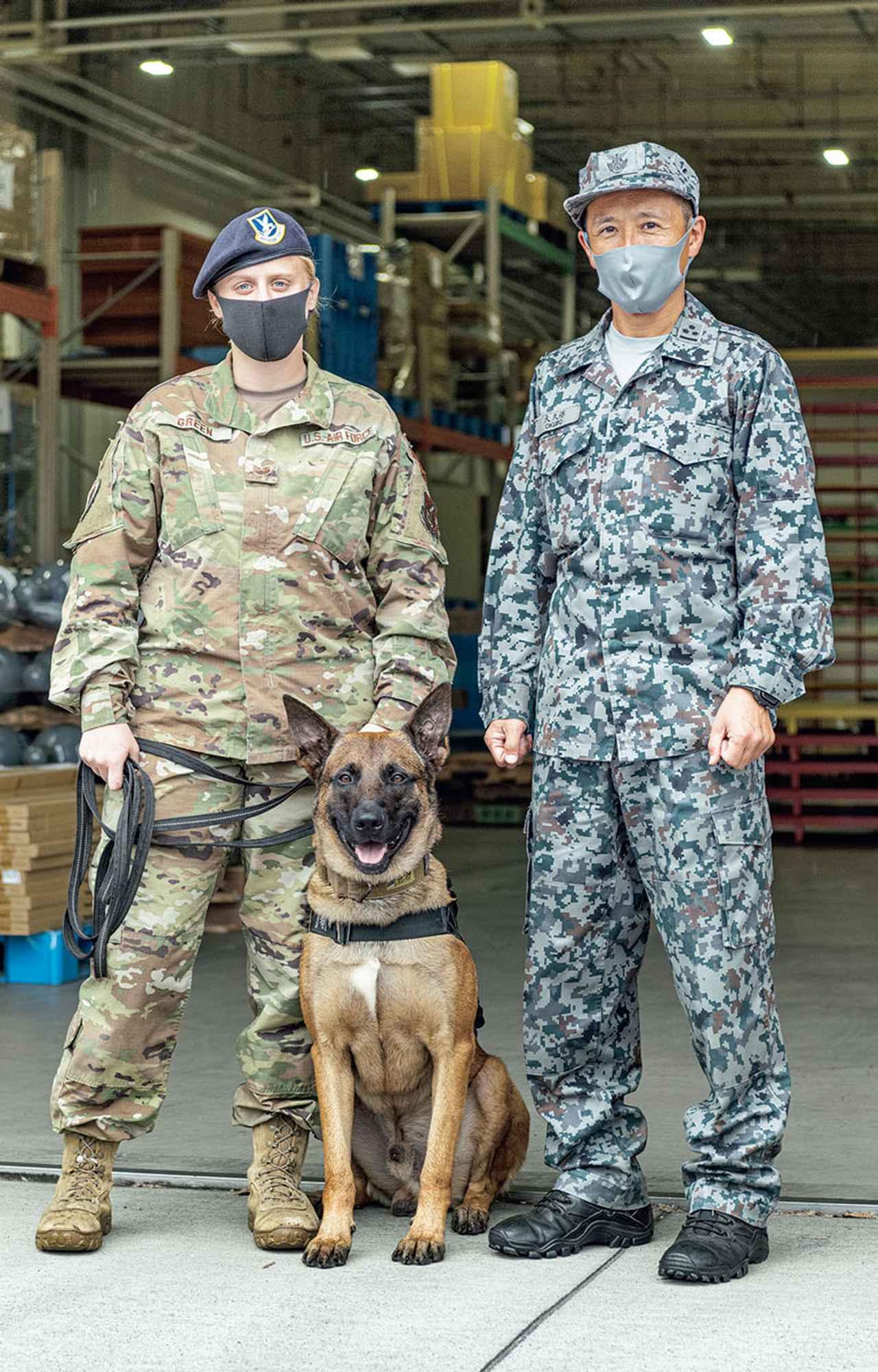 画像: アメリカ軍のハンドラーのグリーン軍曹&ジャーマン・シェパード・ドッグのロズウェル号のペア(左)と、大久保1尉