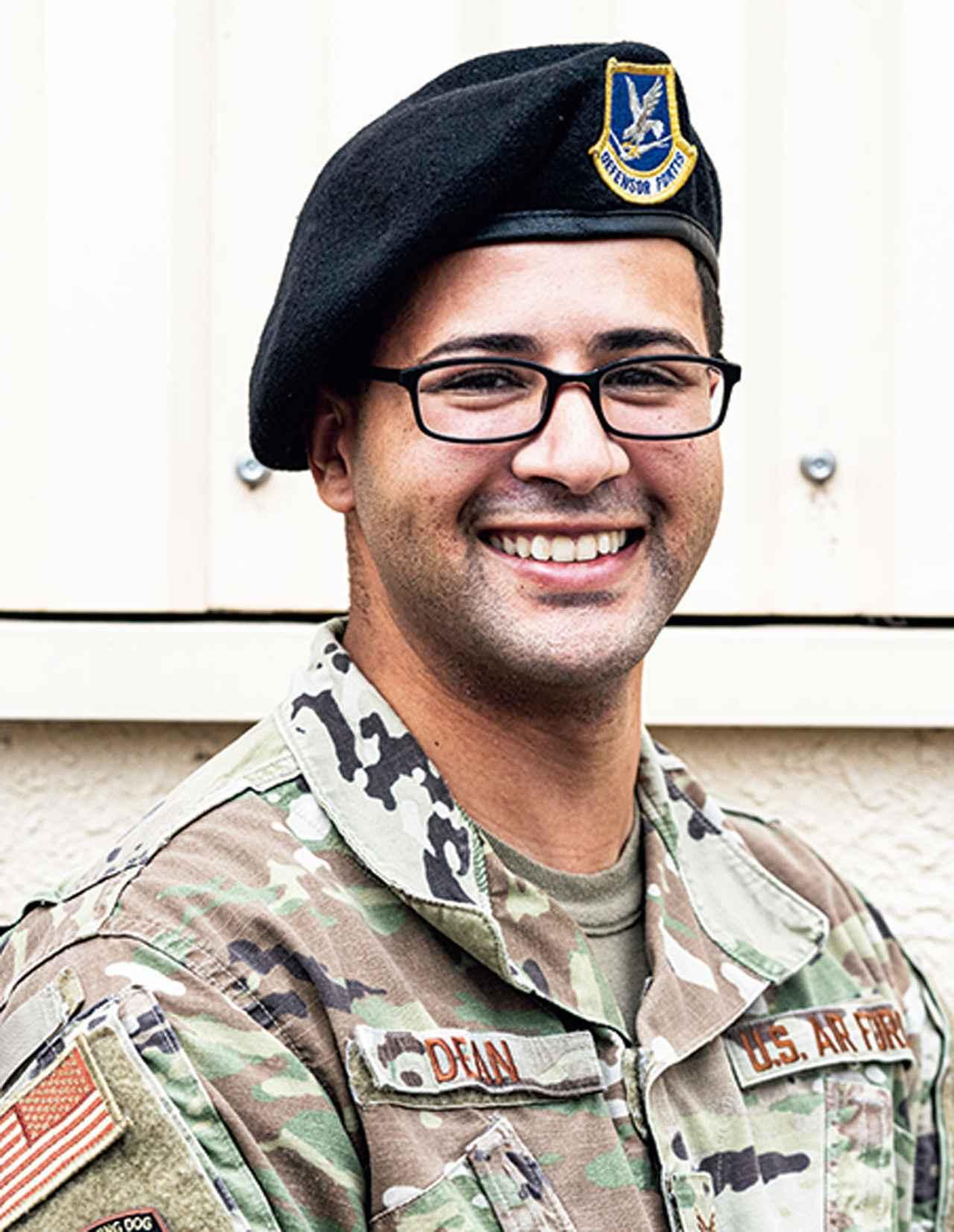 画像: 「自衛隊との共同訓練は楽しく、いつも新たな発見があります」と話す、トレーナーのアレクザンダー・ディーン軍曹